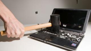 Persona rompe una computadora