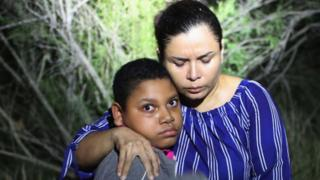 A Honduran mother and son caught in flashlights near the border