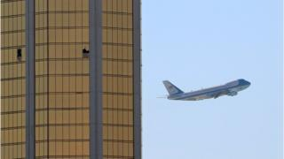 هواپیمای ویژه دونالد ترامپ، رئیس جمهور آمریکا، در حال گذر از کنار هتلی که پنجرههای طبقه ۳۲ کانون آغاز تیراندازی یکشنبه را نشان میدهند