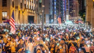 Hàng ngàn người Hong Kong đã xuống đường hôm thứ Hai, biểu thị sự ủng hộ với dự luật Dân chủ và Nhân quyền Hong Kong.