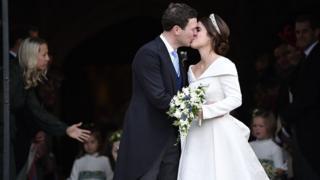 Принцесса Евгения, внучка Елизаветы II, вышла замуж за своего давнего партнера Джека Бруксбэнка в часовне Святого Георгия в Виндзоре в пятницу.