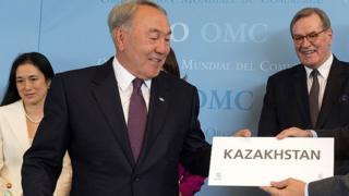 Президент Назарбоев Қозоғистонда Кирилл алфавитидан Лотинга ўтишни 2025 йилгача якунига етказишни таклиф этмоқда.
