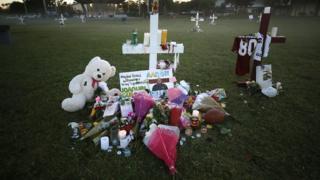 Una cruz en homenaje a una de las víctimas del tiroteo de Parkland, Florida, Estados Unidos.