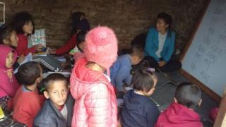 उपल्लो मुस्ताङबाट बसाइ सरी पोखरा झरेको एक घुम्ती विद्यालयका बालबालिकाहरू