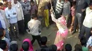 బులంద్షహర్, వీడియోలో భార్యను చెట్టుకు కట్టేసి కొడుతున్న భర్త