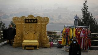 A street vendor waits for customers at a smoggy Jingshan Park, 7 Dec