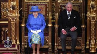 Umwamikazi Elizabeth yari yaherekejwe n'umuhungu wiwe mukuru, umuganwa Charles