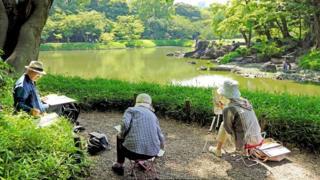 رسامون في اليابان على ضفاف قناة مائية