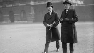 آرتور بالفور (سمت راست) در سال ۱۹۱۷