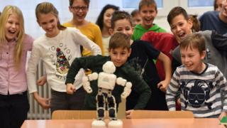 Деца се забављају с роботом