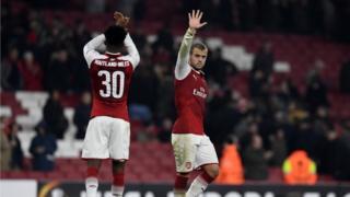 لاعبو أرسنال يحيون المشجعين بعد نهاية المباراة