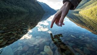Dedo a punto de tocar agua