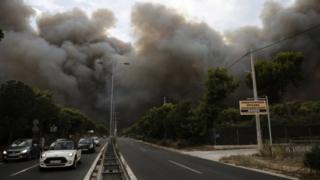 Nuvem de fumaça em subúrbio de Atenas