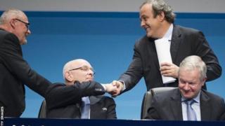 Michael van Praag (à gauche) serrant la main de Michel Platini, ancien président de l'UEFA