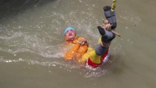 ساحر هندي قفز في النهر موثوقا بالسلاسل ولم يعد
