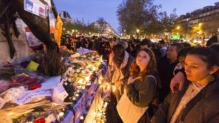 連続襲撃の犠牲者を悼みパリのレピュブリック広場を訪れる人の流れは引きも切らない