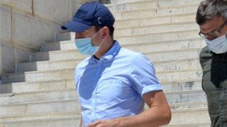 Harry Maguire (C, gorra azul) sale de un juzgado en la isla de Syros, Grecia, 22 de agosto de 2020