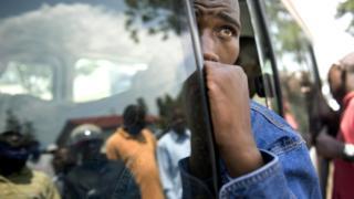 Abahoze ari abarwanyi ba FDLR bashize ibirwanisho hasi bariko baregeranirizwa hamwe
