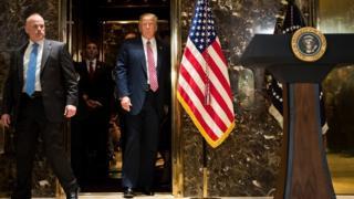 Presidente americano Donald Trump sai do elevador