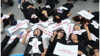 (캡션) 2017년 여성환경연대의 생리대 유해성 규명 촉구 시위. 생리를 둘러싼 논란은 여전히 진행 중이다