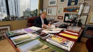 """Donald Trump ayaa bishii hore sheegay in uu """"si buuxda"""" faraha ugala bixi doono ganacsigiisa"""