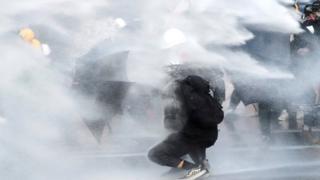 Протестующий и зонтик