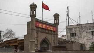 Китайский флаг на закрытой мечети в Кашгаре