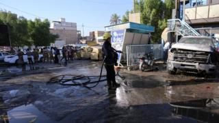 Kerbela kentindeki saldırının ardından itfaiye olay yerinde yanan araçları söndürdü