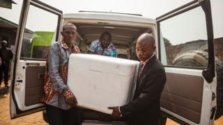 Des personnels de santé débarquent des caisses contenant des vaccins de fièvre jaune à Kinshasa