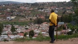 Umugabo ureba agace gatuwemo mu bucucike mu mujyi wa Kigali, gateganye n'inzu zigezweho. Abahatuye bavuga ko ubuyobozi bw'umujyi bushaka kuhabimura ku gahato nta ngurane hagahabwa umushoramari ngo ahubake inzu zigezweho - ibyo umujyi wa Kigali uhakana