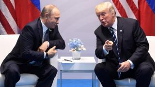 Vladimir Putin hablando con Donald Trump.