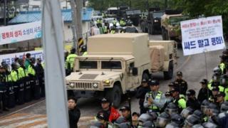 韓國出動數千警力護送薩德組件運抵部署現場。
