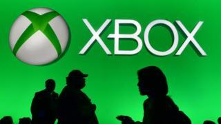 Microsoft no está dispuesta a que su consola Xbox se quede por detrás de la PlayStation de Sony y acaba de anunciar dos nuevas versiones con las que quiere plantarle cara a su competidor.