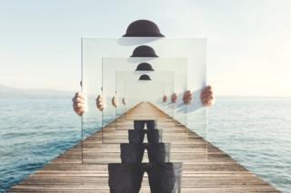 Composição surreal com espelhos