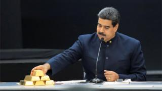 "Venezuela""s President Nicolas Maduro touches a gold bar as he speaks during a meeting with the ministers responsible for the economic sector at Miraflores Palace in Caracas, Venezuela March 22, 2018."