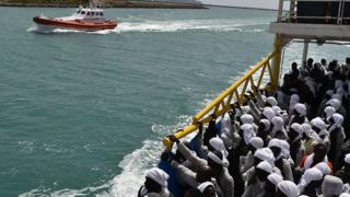 Des migrants secourus durant leur traversée de la Méditerranée