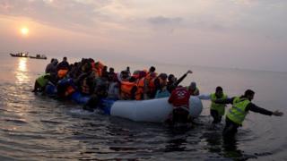 Mart ayında çekilen bu fotoğrafta şişme botla Ege'yi geçen göçmenler Midilli Adası'na varırken görülüyor.