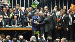 Deputados discutem na mesa diretora da Câmara durante a votação do impeachment de Dilma