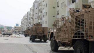Armoured vehicles driven by pro-government militiamen and soldiers enter a residential area in Aden (19 July 2015)