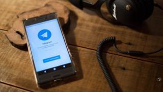 Teléfono con aplicación de Telegram.