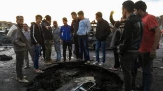 شباب عراقيون يتجمعون حول موقع انفجار سيارة مفخخة في بغداد الخميس 16/2/2007