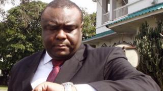 Jean-Pierre Bemba en 2006 scrute sa montre (illustration)