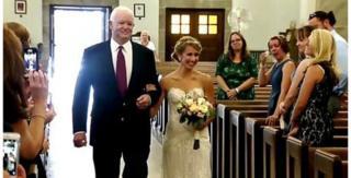 Este viernes el hombre al que hace ya una década le trasplantaron el corazón de su padre, Arthur Thomas, condujo a Jeni Stepien al altar.