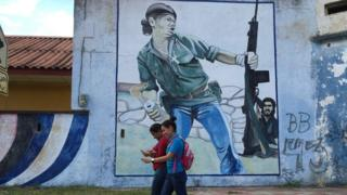 """Mural de """"el hombre de la molotov"""""""