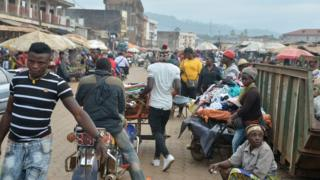 People dey waka for food market for Bamenda bomb blow for 12 November 2017