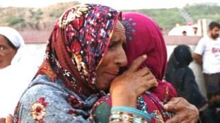 महिला दुःख व्यक्त करताना