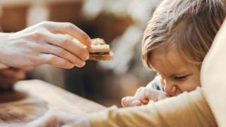Criança recusando comida