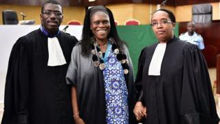 Simone Gbagbo entourée de ses deux avocats Ange Rodrigue Dadje et Habiba Touré, en juin 2016, à la cour d'assises d'Abidjan