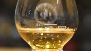 Una medida de la botella de whisky Macallan de 1878. (Foto: Sandro Bernasconi)