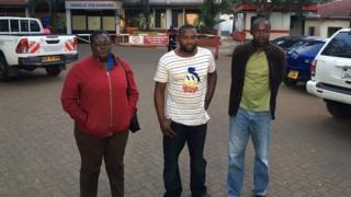 Babake Pendo {katikati} nje ya hospitali ya Aga Khan mjini Kusumu